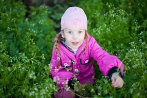 Kind sammelt Kräuter (©123rf.com)