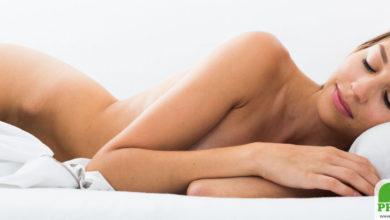 Lauwarm duschen und nackt ins Bett erleichtert das Einschlafen bei Hitze in der Nacht