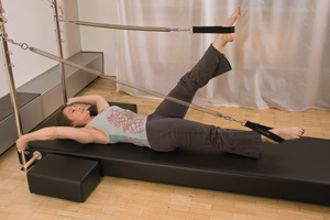 Beate Luger im Pilates-Training mit Gerät