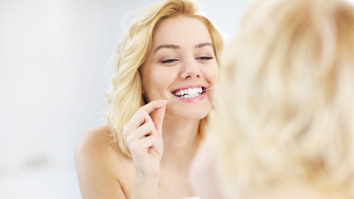 Nur mit Interdentalbürsten oder Zahnseide lassen sich auch die Bakterien in den Zahnzwischenräumen gründlich entfernen. fotolia.de ©Kalim (#83424220)